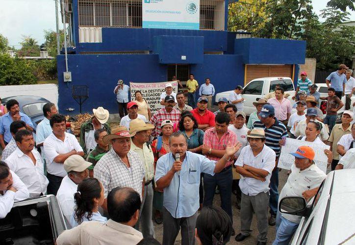 Cerca de 150 ejidatarios pertenecientes al ejido Laguna Om se dieron cita para manifestarse. (Edgardo Rodríguez/SIPSE)