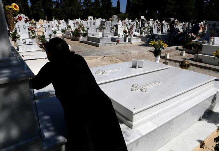 Con la crisis, los griegos están optando por los entierros más básicos, decisión que también afecta a los creadores de lápidas. (AP)