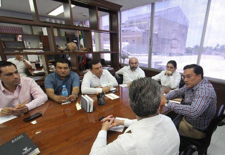 Diputados yucatecos en reunión con el director del Isstey, Ulises Cabrera Carrillo, sobre la reforma a la ley del Instituto. (SIPSE)