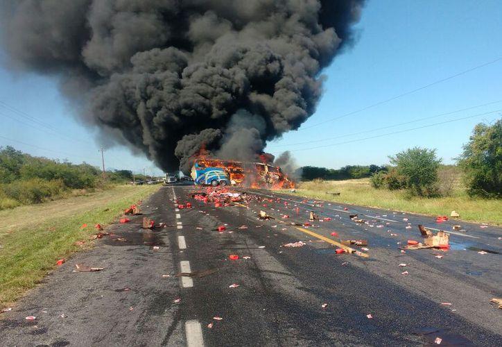 Una decena de heridos dejó el choque entre una camioneta que transportaba aceites y un camión de pasajeros. (Foto: Policía Federal Mx)