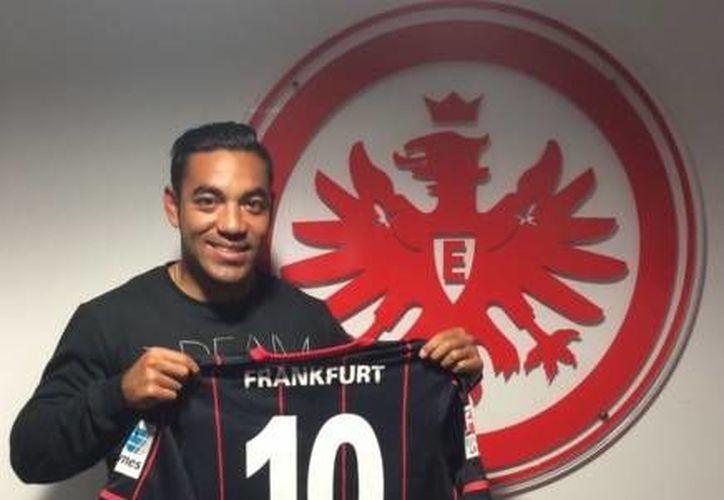 Marco Fabián fue presentado con el Eintracht Frankfurt, equipo que ocupa la posición 14 en la Liga de Alemania , y con el que firmó un contrato por tres años y medio. (Twitter: @Eintracht_News)