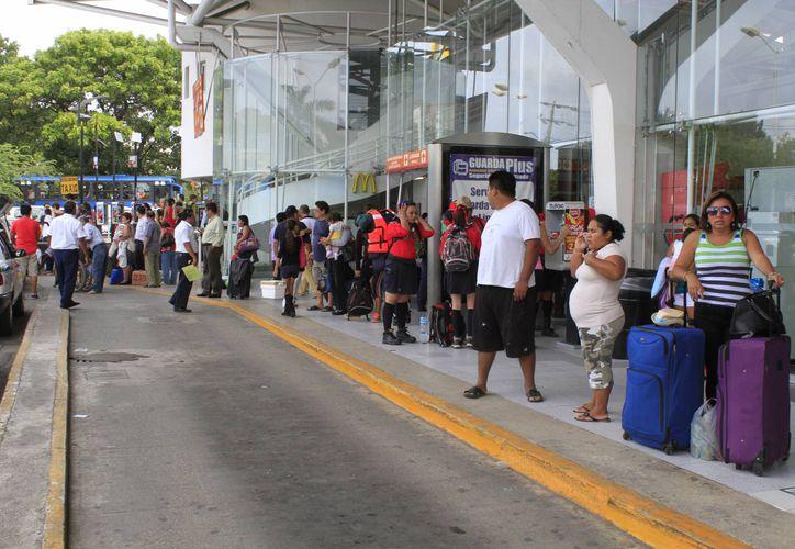 La central camionera registró ayer gran movimiento de pasajeros que llegan a este destino o viajan a otras ciudades. (Sergio Orozco/SIPSE)