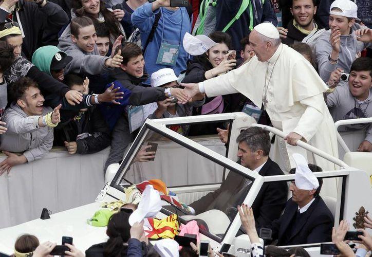 Al fina de la misa, el Papa Francisco realizó un recorrido por la plaza de San Pedro en el Vaticano. (Agencias)