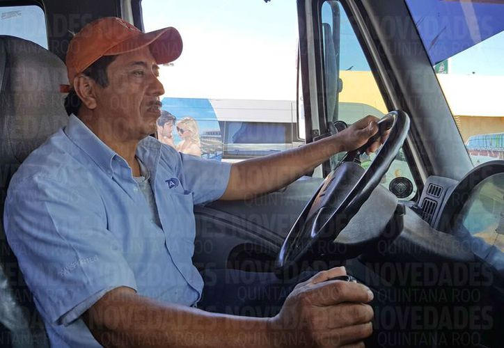 René López tiene trabajando 22 años como operador. (Jesús Tijerina/SIPSE)