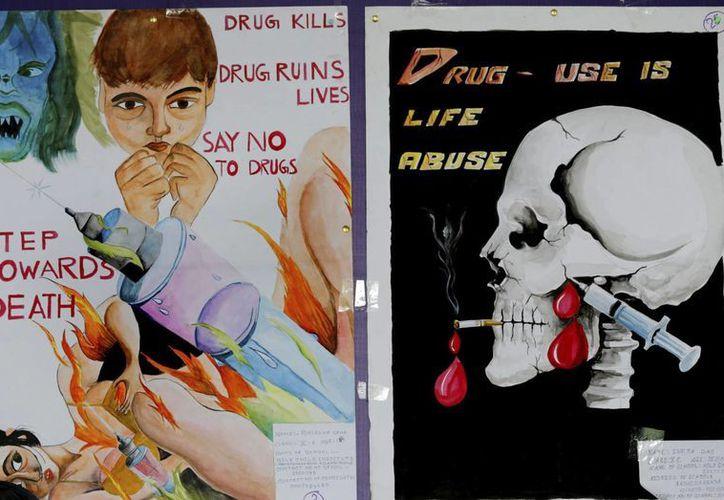 Varios carteles dibujados por estudiantes indios durante una manifestación contra el consumo de drogas para celebrar Día Internacional de la lucha contra las drogas. (EFE)