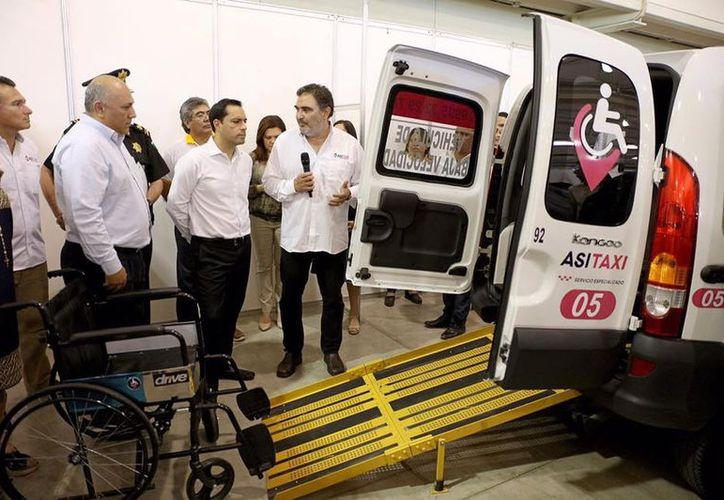 """El gobernador Mauricio Vila Dosal durante el anuncio del nuevo servicio de transporte en la inauguración de la sexta edición de la """"Expo Inclusión""""."""