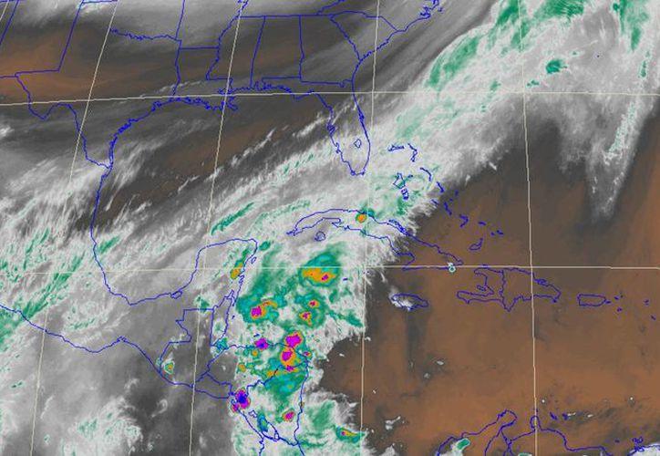 En esta imagen puede verse parte del frente frío número 12 sobre la Península de Yucatán. (Conagua)