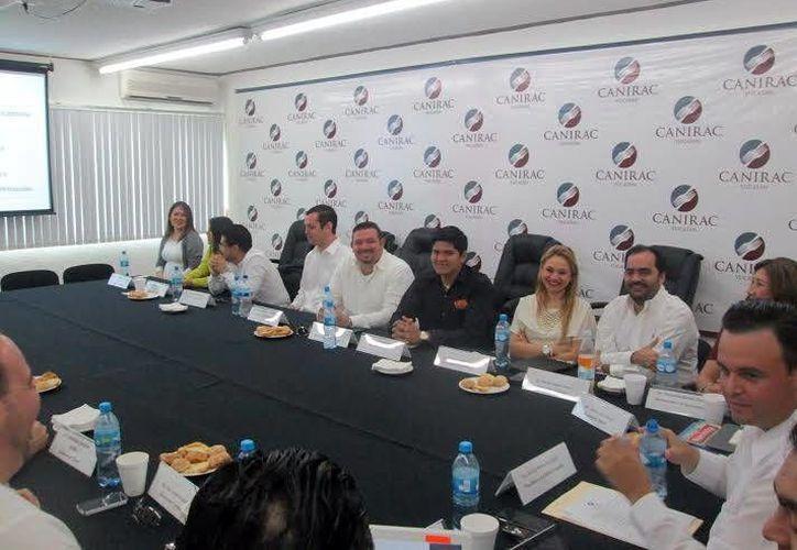Directivos de la Canirac ofrecerán apoyo a los jóvenes yucatecos emprendedores. Imagen de la conferencia de prensa. (Milenio Novedades)
