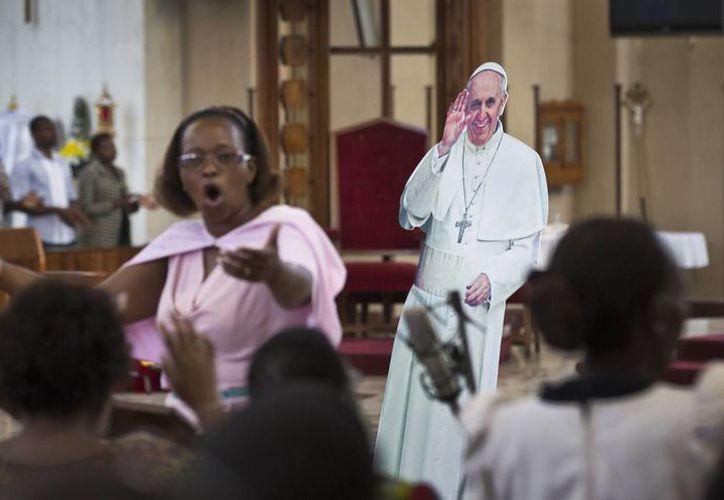 Una figura de cartón del Papa Francisco está detrás del coro durante la misa en la Basílica Menor de la Sagrada Familia en el centro de Nairobi, Kenia, país que visitará el Pontífice en los próximos días. (Agencias)