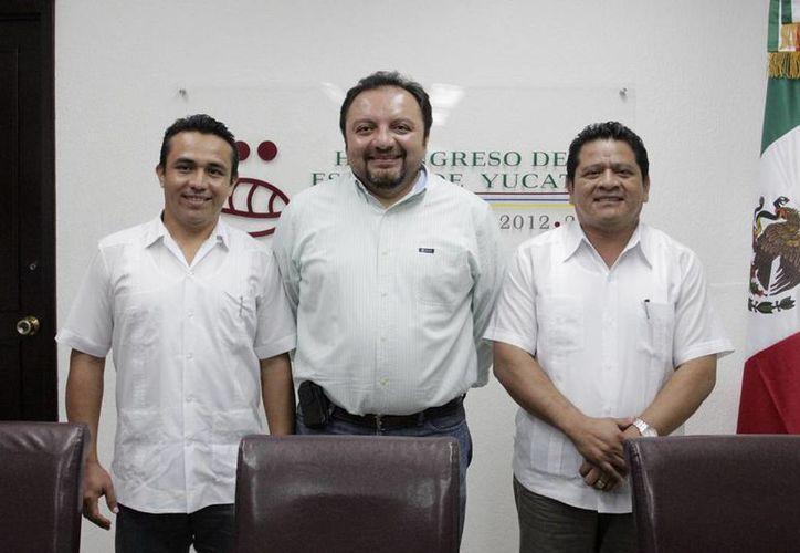 El legislador Francisco Torres (c) acompañado de los diputados Rafael Chan Magaña y Francisco Javier Chimal Kuk. (Cortesía)