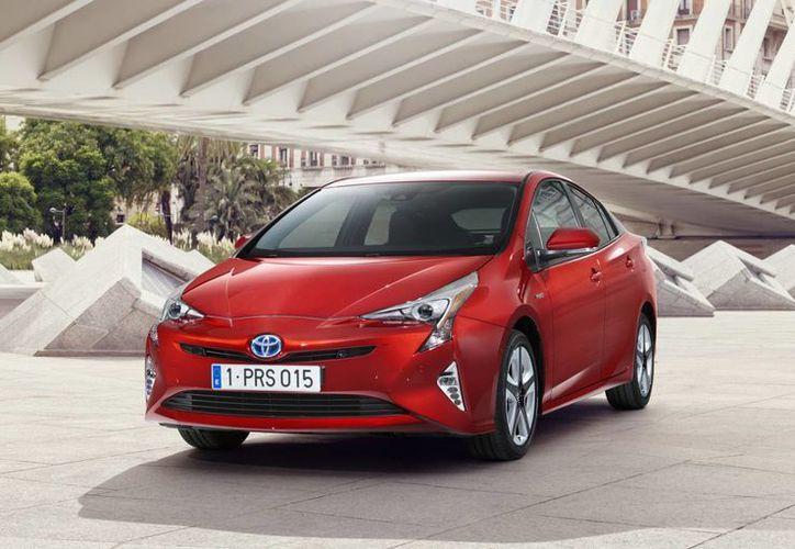 El Toyota Prius tiene un precio de 339 mil 700 la versión básica y 399 mil 700 la versión equipada. (motorpasion.com)