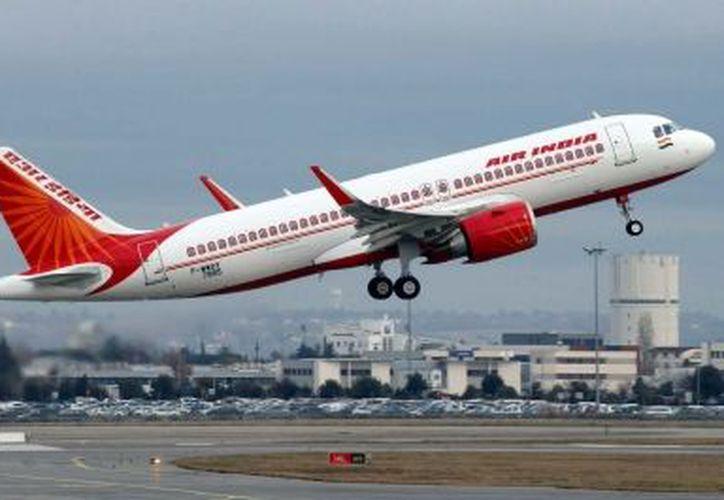 Posteriormente, las autoridades aeroportuarias señalaron que la pista operaba de manera normal. (Foto: Notimex)