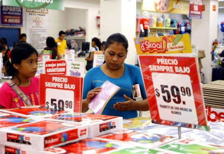 Familiar meridanas salieron al centro de Mérida para aprovechar los descuentos en cuadernos y útiles escolares en los últimos días de vacaciones. (Milenio Novedades)