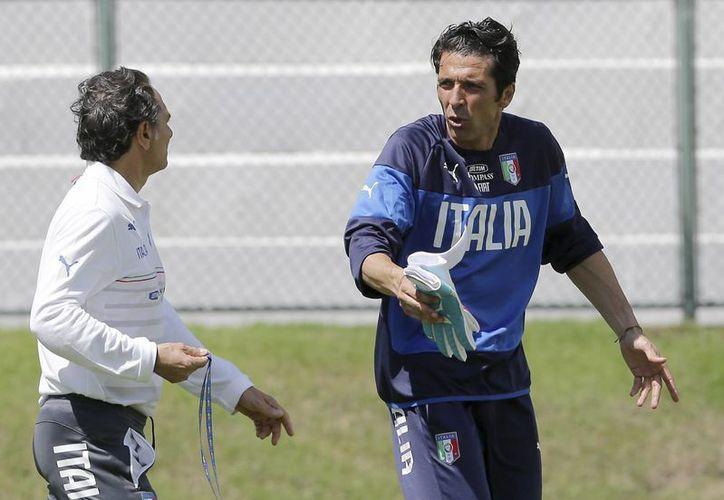 Buffon (foto) y Muslera resguardarán este martes las metas de Italia y Uruguay, a las que no les queda otra más que ganar para calificar a octavos de final en el Mundial. (Foto: AP/Archivo)
