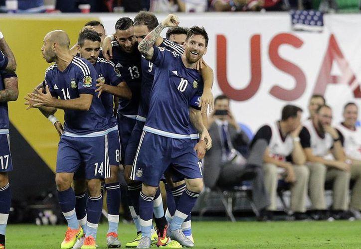 Messi, Higuaín y compañía disputarán este domingo su tercera final consecutiva de un torneo grande, luego de perder la del Mundial de 2014 ante Alemania y la de la Copa América del año pasado. (AP)
