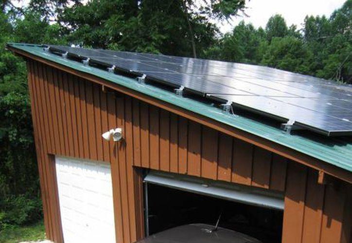 Imagen de un Chevy Volt 2014 conectado a un instalador solar profesional en una casa del condado Hart, en Kentucky. (Agencias)