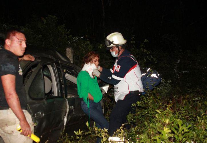 Paramédicos de la Cruz Roja trasladaron a los tres lesionados al Hospital General. (Manuel Salazar/SIPSE)