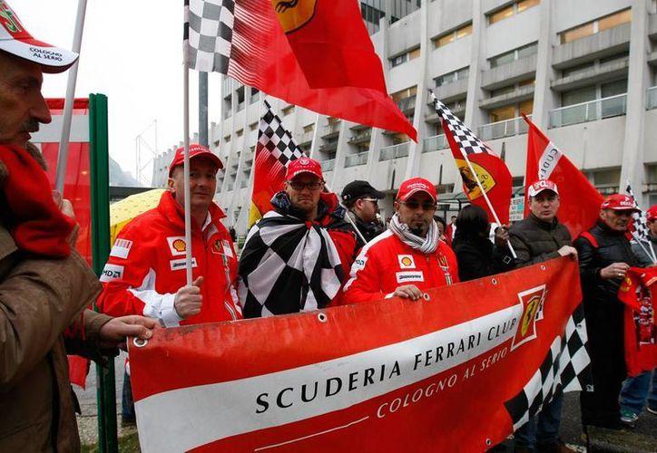 Seguidores de Michael Schumacher se reunieron afuera del hospital donde el piloto de F1 permanece en estado de coma, para 'acompañarlo' en su cumpleaños número 45. (Agencias)