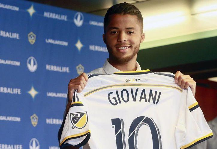 Giovani Dos Santos es el nuevo número '10' del Galaxy de Los Ángeles. En la imagen, el delantero aparece en su presentación oficial. (AP)