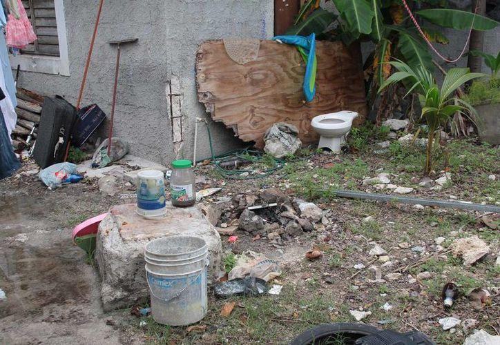 Los patios de las casas continúan con objetos inservibles. (Julián Miranda/SIPSE)