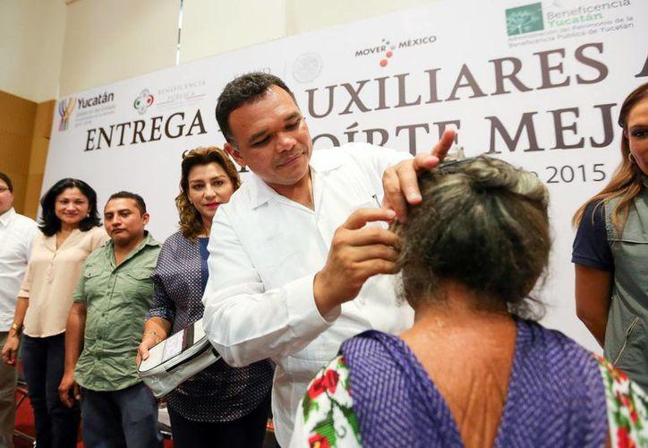 Rolando Zapata Bello entregará este miércoles aparatos de auxiliares auditivos. (Archivo/ Milenio Novedades)