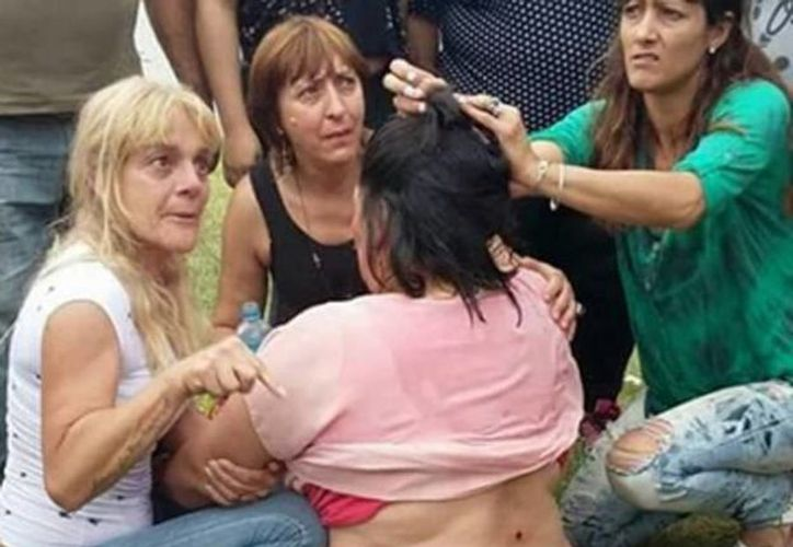 Una mujer sufrió varios disparos en la espalda por parte de los agentes durante la protesta de los ex trabajadores municipales. (twitter/@_ju1_)