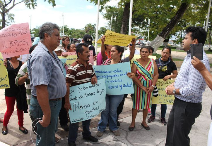 Los manifestantes gritaban consignas y, sobre todo, pedían ser atendidos por las autoridades. (Joel Zamora/SIPSE)