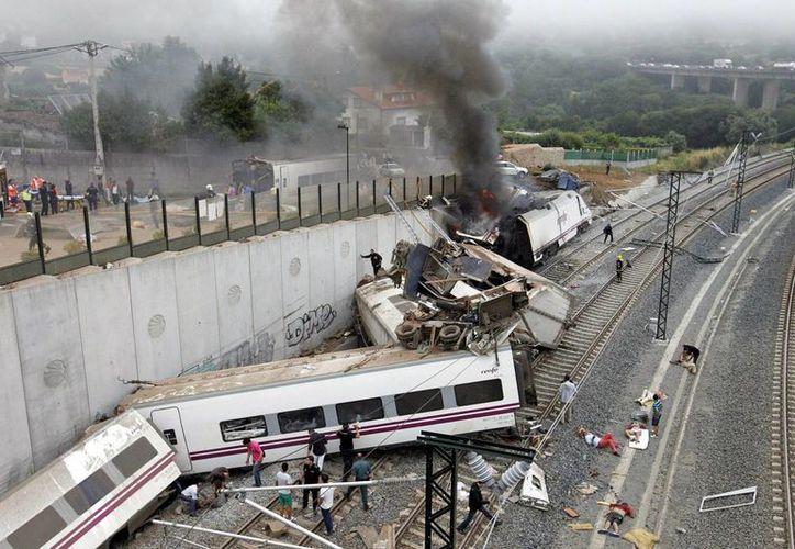 Autoridades aún investigan la causa del descarrilamiento del tren de alta velocidad. (Agencias)