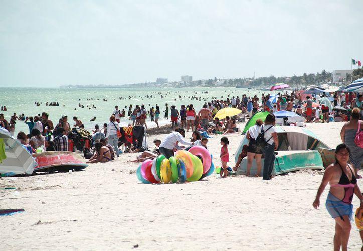 La afluencia de visitantes no fue la misma como en los dos domingos anteriores, donde el Malecón lucía 'a reventar'. (Gerardo Keb/SIPSE)