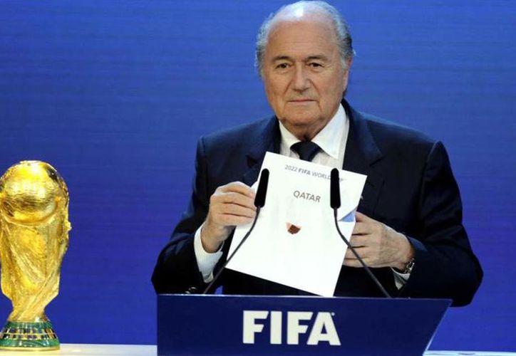 El entonces presidente de la FIFA Joseph Blatter, confirmó en 2014 a Catar como sede del mundial 2022. (Internet)