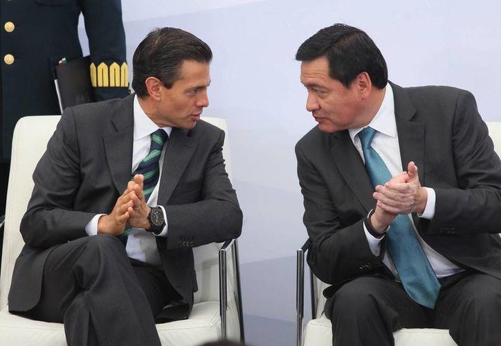 Miguel Osorio Chong, titular de Segob, con el presidente Enrique Peña Nieto durante un Foro Nacional de Seguridad. (Notimex)