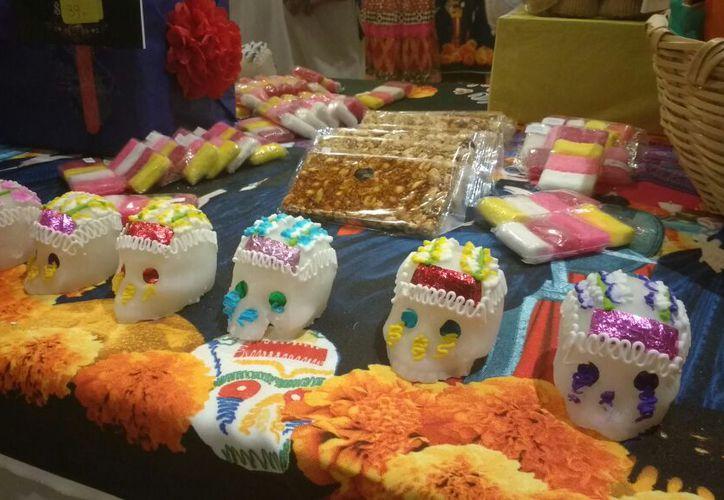 En el festival, puedes encontrar comida típica yucateca y dulces como las calaveritas de azúcar. (Foto: Lourdes Poot)