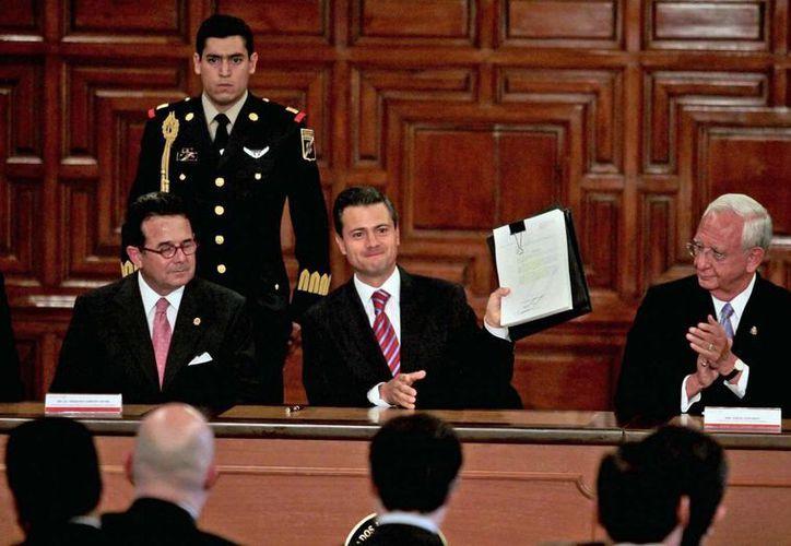 El presidente Enrique Peña Nieto, durante la ceremonia de promulgación de la nueva Ley de Amparo, ante representantes de los Poderes Legislativo y Judicial. (Notimex)