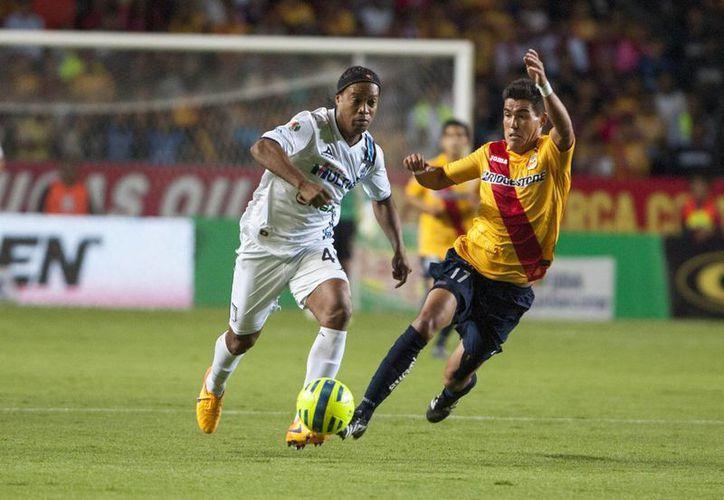 Ronaldinho abrió de penal la cuenta a favor de Gallos Blancos, que se vieron empatados por Morelia, pero 'Tito' Villa puso el 2-1 definitivo. (Notimex)