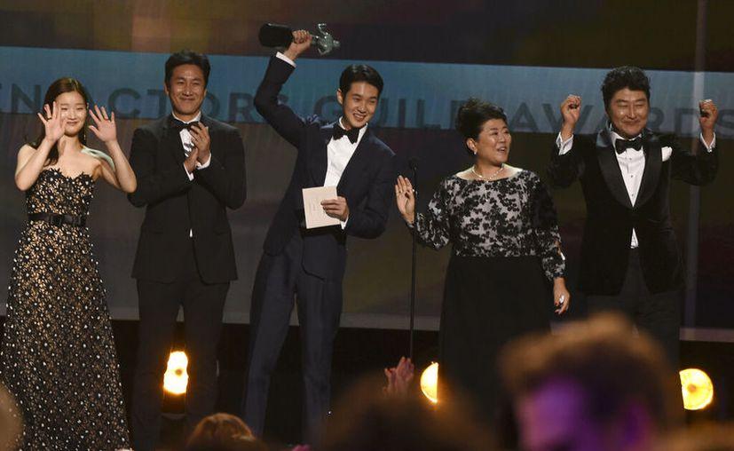 """De izquierda a derecha, Park So-dam, Lee Sun Gyun, Choi Woo-shik, Lee Jeong-eun y Kang-Ho Song aceptan el Premio SAG al mejor elenco para """"Parasite"""" el domingo 19 de enero del 2020 en Los Angeles. (AP Foto/Chris Pizzello)"""
