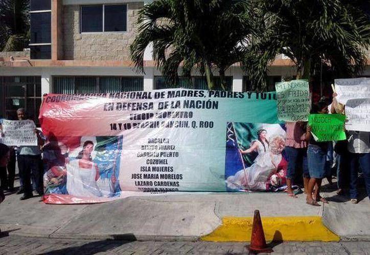Las personas que se manifestaron en frente de las oficinas de la Profepa, fueron atendidas por el subdelegado Jurídico, Samuel Barrios. (Redacción/SIPSE)