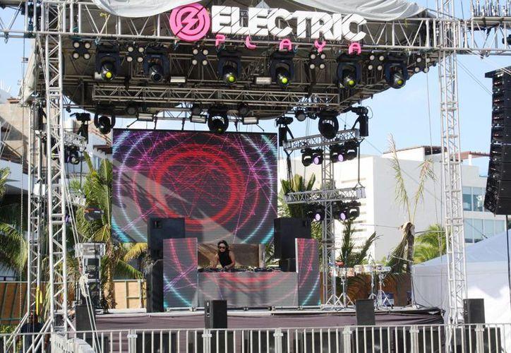 La Dj Marisol Grajales abrió el Electric Music Festival en Playa del Carmen.  (Octavio Martínez/SIPSE)
