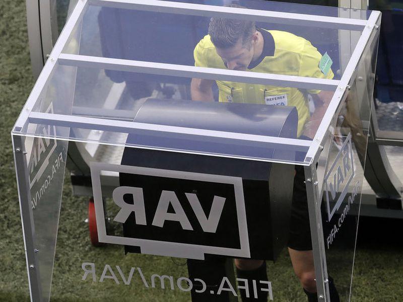 El video arbitraje, que se está aplicando por vez primera en un Mundial, ha dado más resultados positivos que negativos (Foto AP)