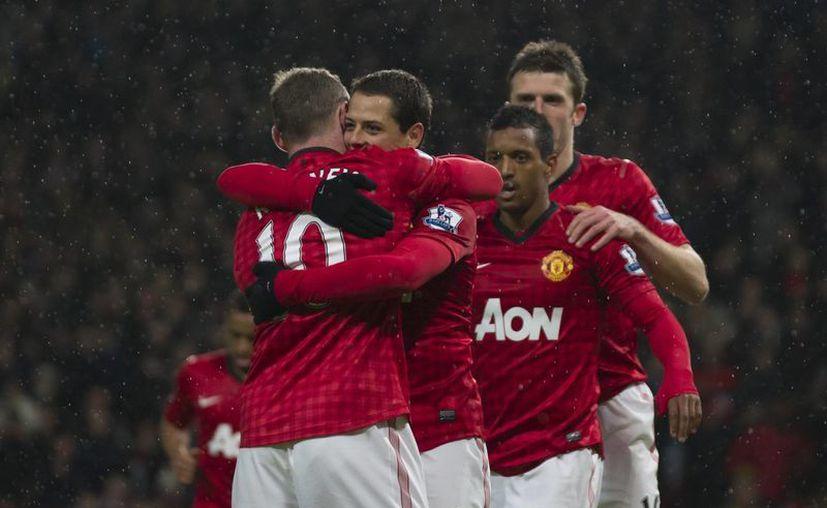 """El """"Chichartio"""" es felicitado en primera instancia por el """"Niño Malcriado"""", Wayne Rooney. (AP)"""