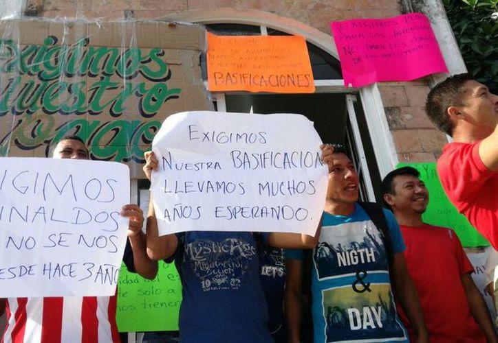 Los quejosos reclamaron que han sido engañados por parte de las autoridades, ya que aún no han podido cobrar sus pagos atrasados. (Daniel Pacheco/SIPSE)