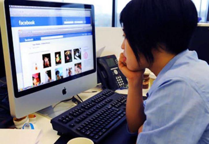 El uso en redes sociales como el Facebook, no funciona únicamente como una distracción. (Agencias/Archivo)