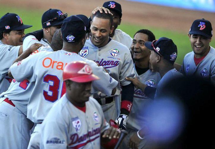Jugadores de Dominicana festejan tras su victoria en el estadio Sonora de Hermosillo. (EFE)