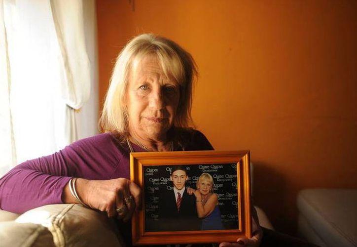 Ana Sabo posa con una fotografía en la que aparece con su nieto Jonathan Rodriguez, quien fue asesinado en 2015. (Guillermo Adami/clarin.com)