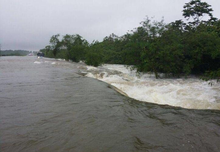El nivel de agua en el tramo carretero alcanzó el metro de altura. (Edgardo Rodríguez/SIPSE)