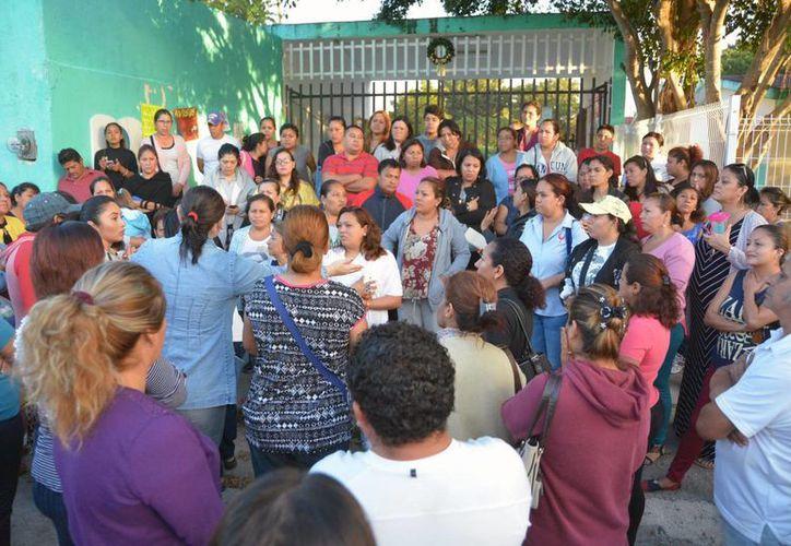 Decenas de padres de familia se manifestaron para exigir la renuncia del director de la primaria Polo Vuh. (Karim Moisés/SIPSE)