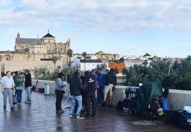 """El equipo de rodaje de la serie """"Juego de Tronos"""" en Córdoba (España), para grabar escenarios en el Puente Romano y el río Guadalquivir, de cara a la quinta temporada. (EFE/Archivo)"""