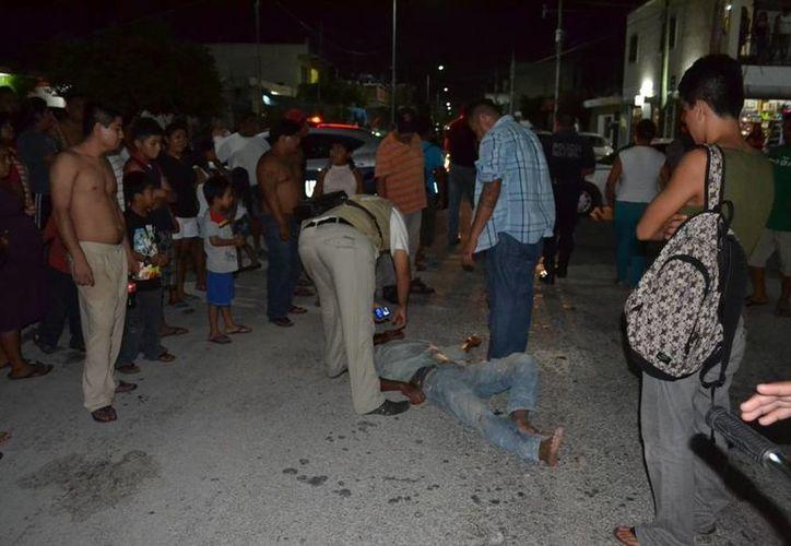 Los testigos del accidente en el que un hombre fue atropellado  por un taxista, se encargaron de entregar al responsable a la policía.  (Redacción/SIPSE)