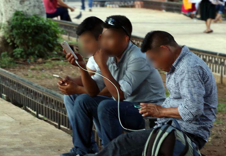 La dependencia al teléfono móvil aumenta cada día. (Foto: Milenio Novedades)