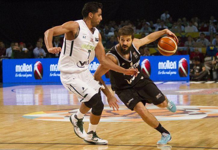 México quitó el invicto a Argentina en el campeonato FIBA y calificó al igual que ella a una de las semifinales que dan acceso a Juegos Olímpicos. En la foto, el mexicano Jorge Gutiérrez (i), una de las estrellas del equipo. (Notimex)