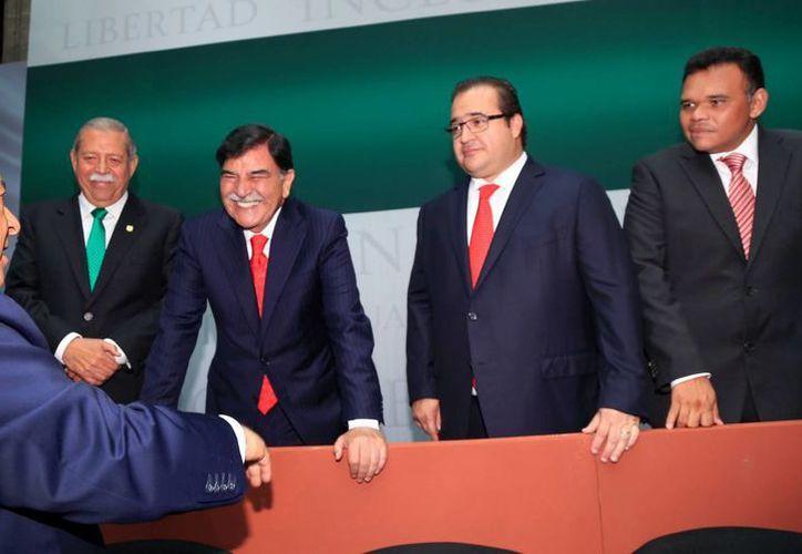 El gobernador de Yucatán, Rolando Zapata Bello (extremo derecho), en la presentación del Programa Nacional de Derechos Humanos 2014-2018. (Cortesía)